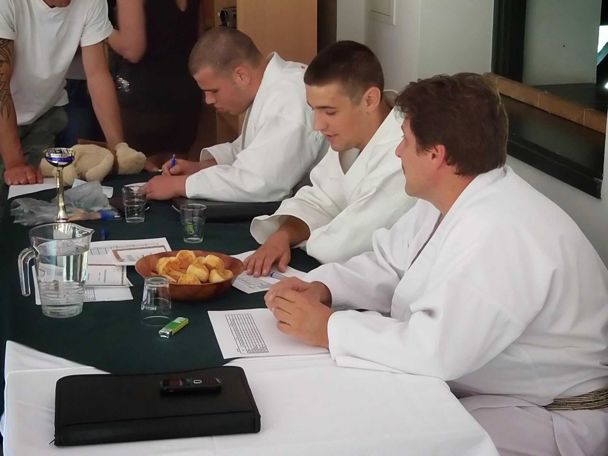 A vizsgabizottság a kismarosi karatecsoport övvizsgáján 2014. június 13-án, melyen a sárga öv megszerzése volt a cél. - Fotó: Lucza Gergely