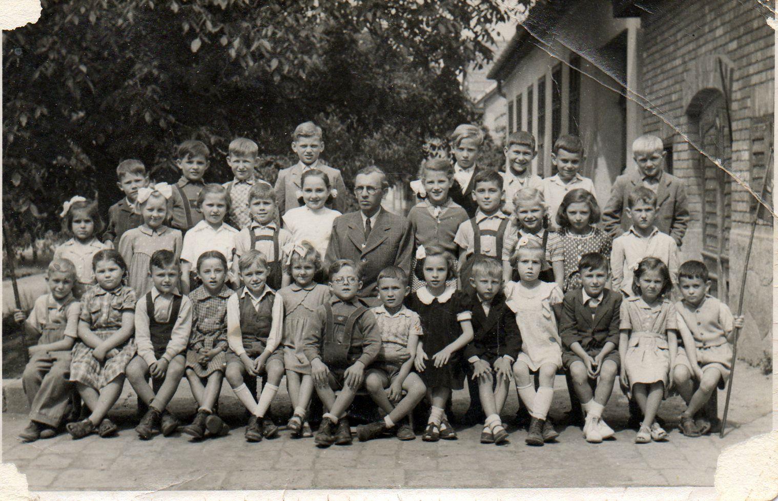 Riener Rezső kántortanító diákjai körében Kismaroson, feltehetően az 1954/55-ös tanévben - Forrás: Merész Ferenc Csaba