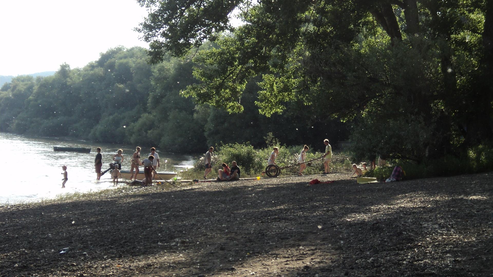 Strandolás a Dunakanyarban, a kismarosi Duna-parton, 2014. júliusában - Fotó: Kovács Gabriella