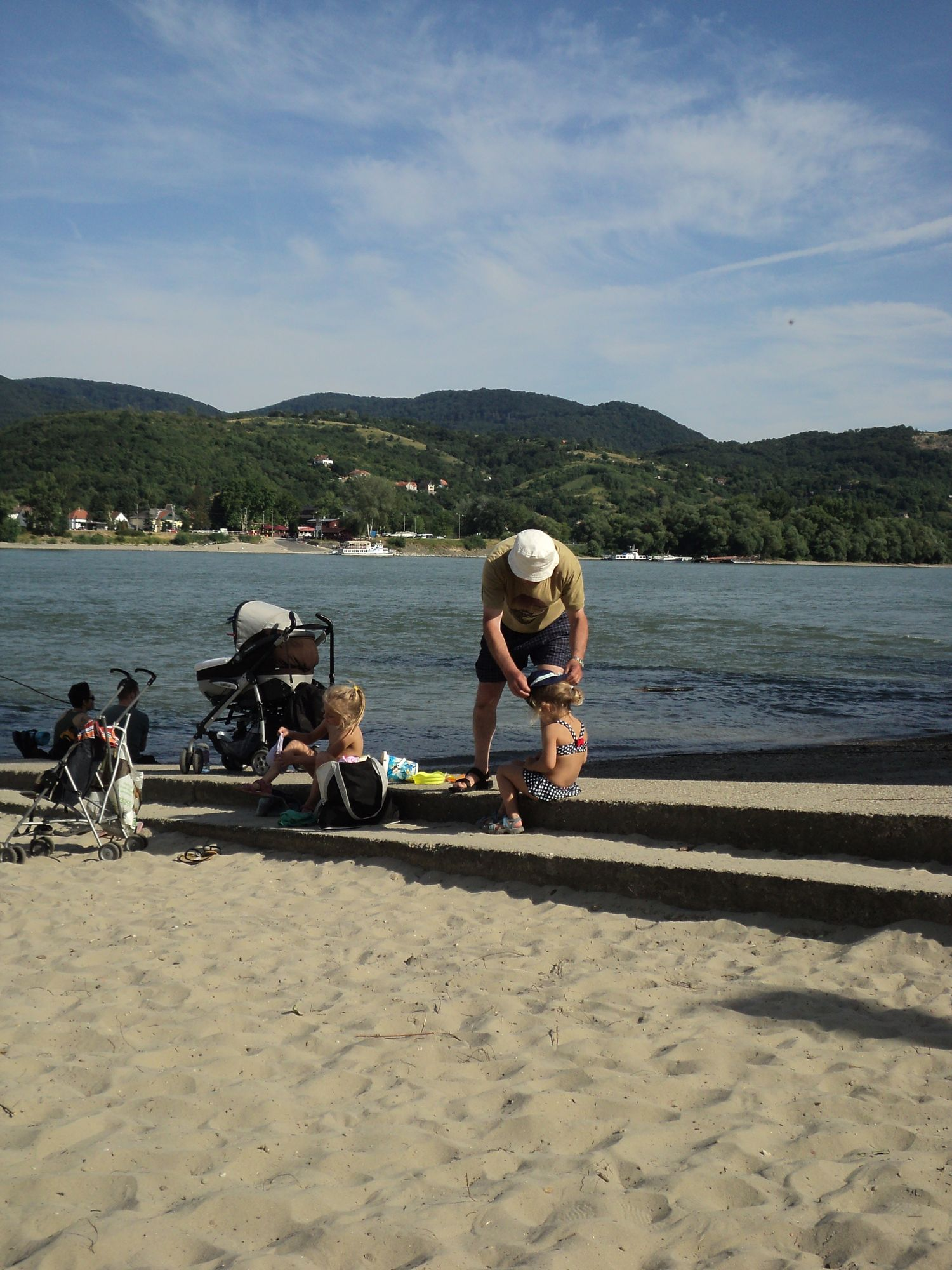 Strandolás a Dunakanyarban, a nagymarosi Duna-parton, 2014. júliusában - Fotó: Kovács Gabriella