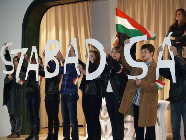 Az 1956-os forradalomra emlékező ünnepi műsor Kismaroson 2014. október 22-én - Fotó: Aradi Szilveszter