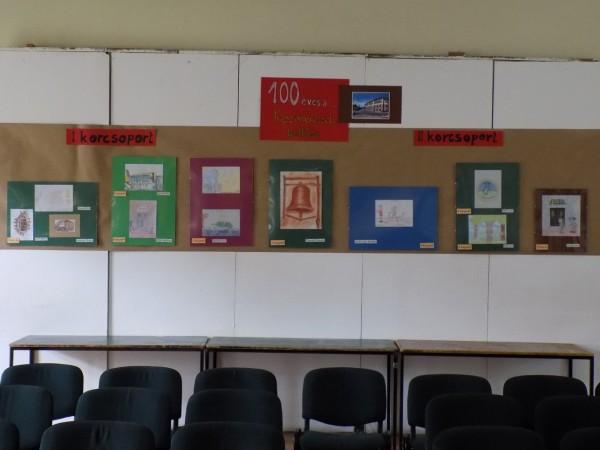a rajzpályázat nyertesei, a kiállítás főfalán