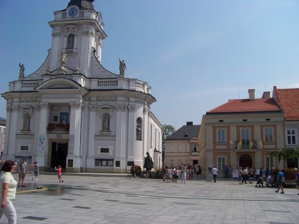 Jobbra a pápa szülőháza