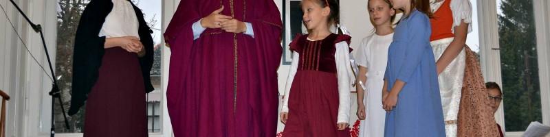 Színdarabbal lepték meg az időseket a katolikus fiatalok Verőcén – fotók!
