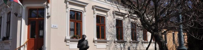A Nagymarosi Könyvtár és Művelődési Ház programjai: locsolóbál, filmvetítés és koncert